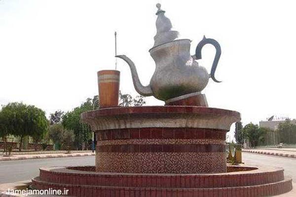 قوری چای سبز و لیوان آن در این میدان شهر مغنیه در الجزایر نشاندهنده ذوق شهردار آن است.