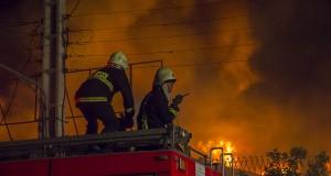 عکس های امید آقایی از مهار آتش کارخانه روغن موتور بهران در شیراز